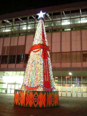 岡山駅東口広場のクリスマスツリー(2004年12月23日撮影)
